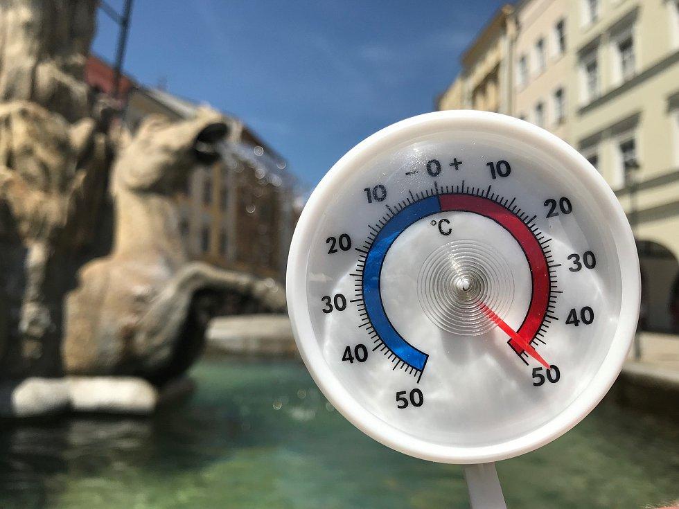 26.6.2019. Na Dolním náměstí v Olomouci jsme hodinu po poledni naměřili na slunci 48 stupňů Celsia.