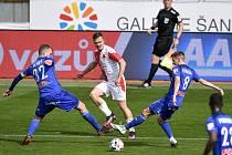 Čtvrtfinále českého fotbalového poháru MOL Cup: SK Sigma Olomouc - SK Slavia Praha 28. dubna 2021 v Olomouci. (zleva) Vít Beneš z Olomouce, Stanislav Tecl ze Slavie a David Houska z Olomouce.
