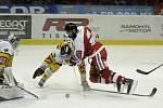 Olomoučtí hokejisté (v červeném) porazili Jihlavu 3:0