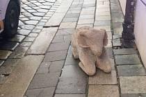 """Vyřezávaná ovce z betlému na olomouckém Dolním náměstí """"na výletě"""""""