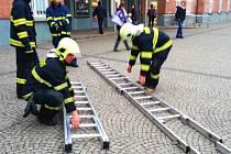 Hasiči zasahují u požáru na střeše hlavního nádraží v Olomouci