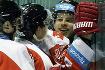 Roman Vlach (vpravo) slaví vítěznou trefu do brněnské branky