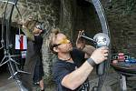 """David """"Hugo"""" Habermann a Josef Habermann vytváří plastiku """"Jiskření"""" na XXXII. kovářském fóru hradu Helfštýn."""