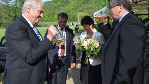 Prezident Miloš Zeman si v Hanušovicích připil pivem s předsedou představenstva pivovaru Holba
