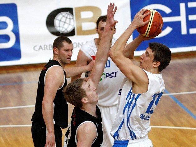 Olomoučtí basketbalisté (v bílém) proti Spartě Praha