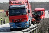 Došlo ke střetu dvou nákladních vozidel a jednoho osobního, bez zranění osob.