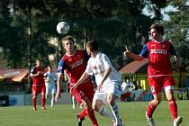 Fotbalisté Holice (v bílém) proti béčku Brna