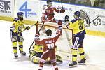 Olomouc vs. Zlín - druhý zápas předkola play-off. Marek Laš (uprostřed vzadu) a Jakub Galvas (v popředí zády) se radují z jediné branky Olomouce