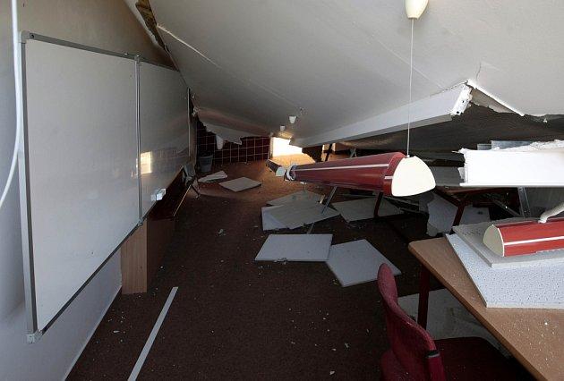 Zborcený strop ve škole v Litovli.