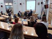Uvnitř v zasedacím sále čekali na setkání s prezidentem zastupitelé....