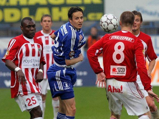 Tomáš Janotka odhlavičkoval míč.