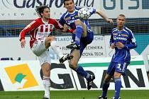 Darko Šuškačevič (uprostřed) bojuje o míč.