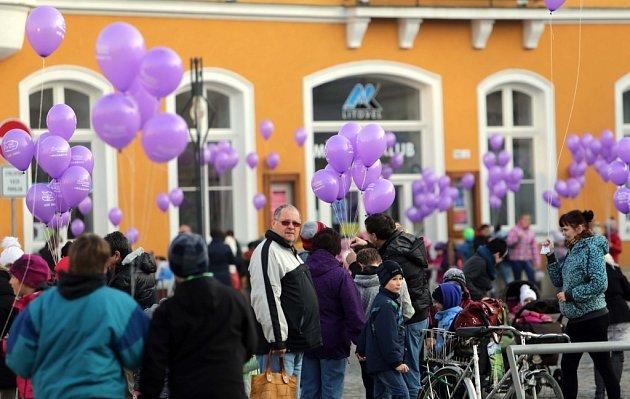 Vypouštění balonků spřáními Ježíškovi na náměstí vLitovli