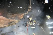 Hasiči vyjeli v noci ze středy na čtvrtek k požáru chaty do Hluboček. HZS Olomouckého kraje