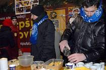 Útočník Sigmy Michal Ordoš obsluhuje ve stánku Dobrého místa pro život