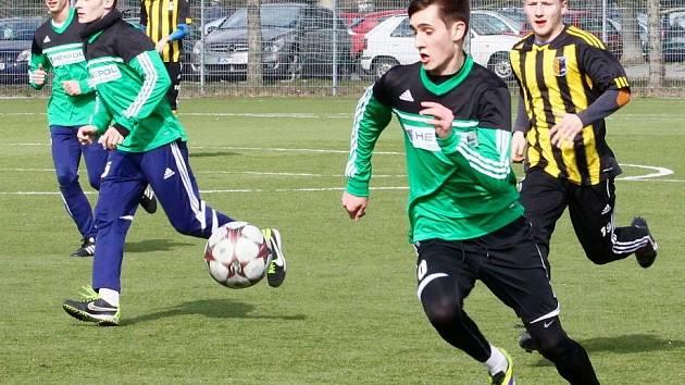Fotbalisté Uničova (v zeleném) v přípravě proti Prostějovu