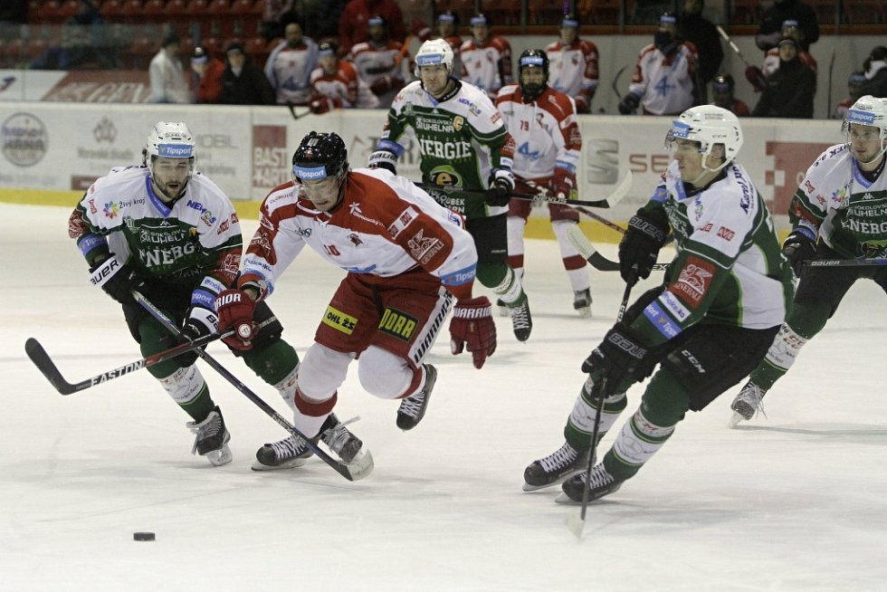 Olomoučtí hokejisté (v bílém) porazili Karlovy Vary 3:2 v prodloužení.