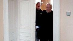 Daniel Kunce (vlevo) vychází ze soudní síně, kde si vyslechl rozsudek, v doprovodu svého obhájce. V popředí právní zástupce Aleš Zdráhala.
