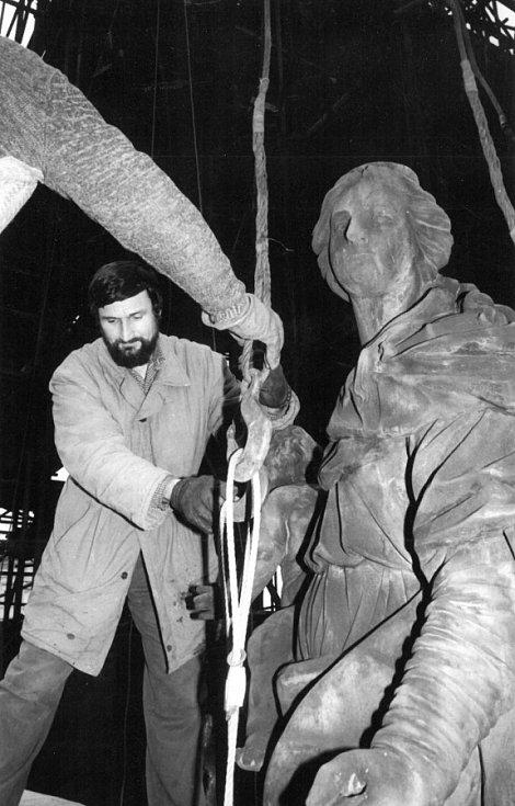 Ladislav Werkmann při práci na Sloupu Nejsvětější Trojice v Olomouci v 80. letech