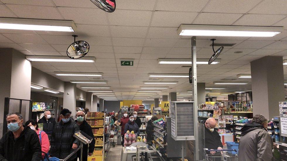 Dvacetiletý Jan Borovka rozjel v Litovli roznášku nákupů pro osamělé seniory