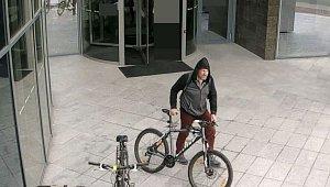 Muž ukradl kolo. Poznáte ho?