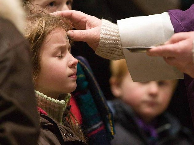 Popeleční středa - znamení popelem při mši svaté