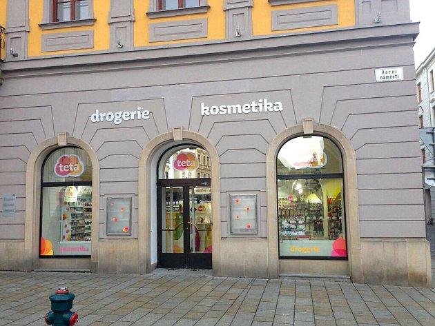 Hamburgery nahradily šampony – v Salmově paláci na Horním náměstí otevřela drogerie, šestá v historickém centru Olomouce.