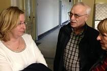 Učitelka Vanda Fabianová (vlevo) má na každém soudním jednání řadu podporovatelů.