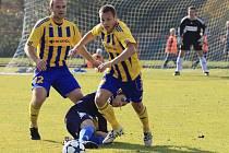 Uničovští fotbalisté (ve žlutomodrém)