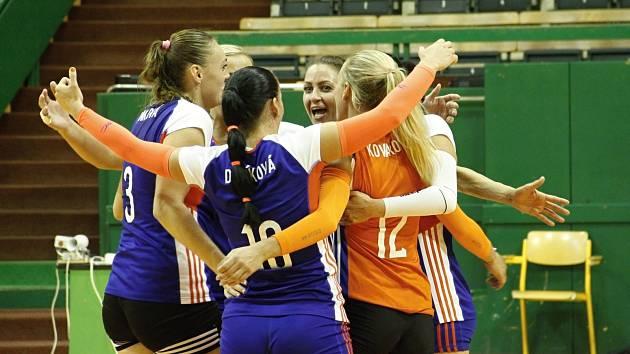 Olomoucké volejbalistky (v modrém) porazily Prostějov 3:2.