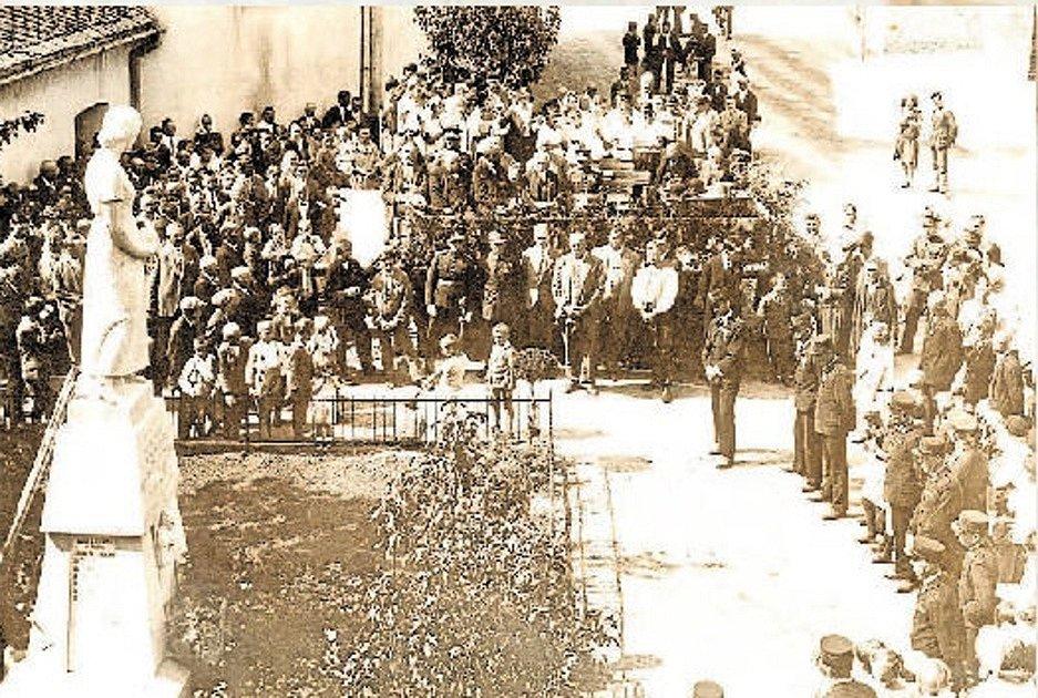 Na návsi. Odhalení pomníku vojáků, kteří padli v první světové válce.