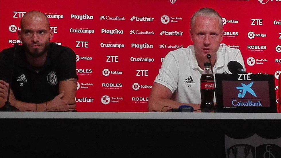 Václav Jílek (vpravo) a kapitán Sigmy Michal Vepřek na tiskové konferenci před zápasem v Seville