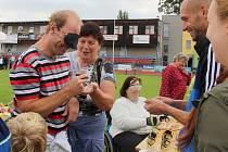Handicap rally na atletickém stadionu v Olomouci podpořili i provligoví fotbalisté Sigmy - vpravo kapitán týmu Michal Vepřek