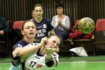 Olomoucké házenkářky (v bílém) porazily v interligovém zápase na domácí palubovce Nitru 28:23.