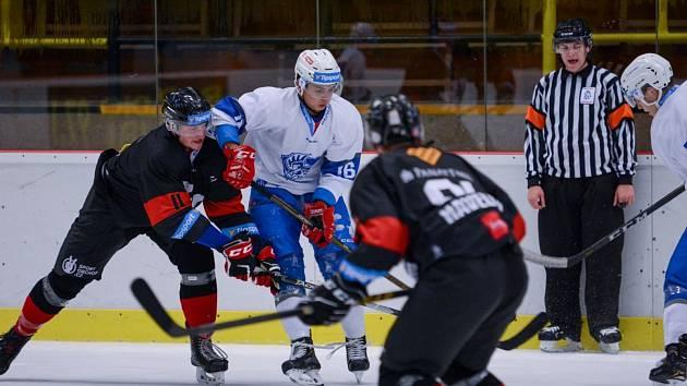 Tým UP Olomouc (v bílém) porazil UK Hockey Prague 2:1.