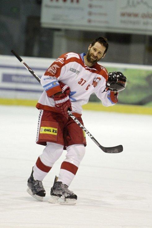 Olomoučtí hokejisté (v bílém) porazili Karlovy Vary 3:2 v prodloužení. Martin Vyrůbalík.