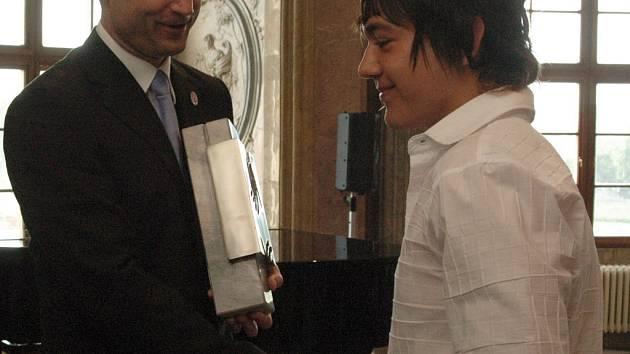 Marcello Haidenthaler přebírá cenu od Ivana Langera.