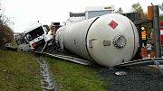 Srážka s převrácenou cisternou na D35 u Přáslavic