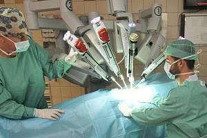 Robotický systém Da Vinci při operaci v olomoucké fakultní nemocnici