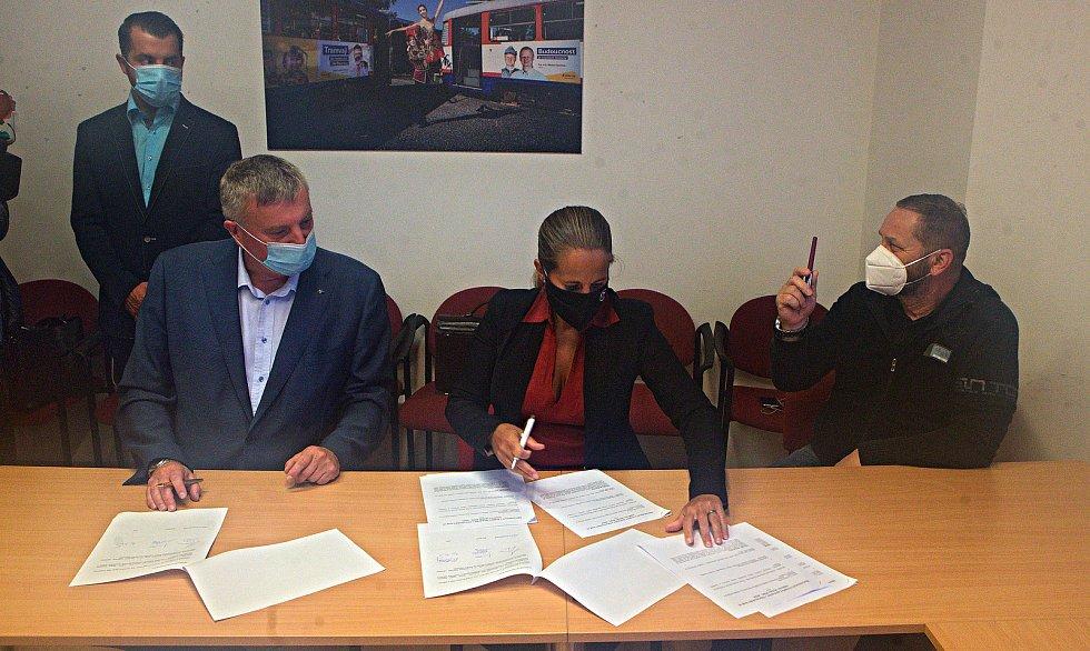 Podpis memoranda o nové koalici pro vedení Olomouckého kraje. 12. října 2020