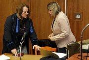 Soud v kauze tragického pádu dítěte z jedoucího vlaku - obžalovaná průvodčí (vlevo) u okresního soudu v Olomouci