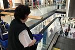 Začátek března 2020. Ještě otevřená Galerie Šantovka zvýšila frekvenci očisty ploch, kterých se návštěvníci dotýkají nejčastěji.