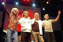 Kytarista Steve Howe (první z leva) byl v Česku vloni se skupinou Asia, teď přijede s Yes