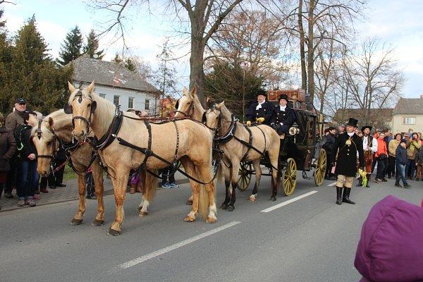 Soutěž vpojídání tvarůžků vHněvotíně - Příjezd historického kočáru, který dorazil do obce kolem půl páté odpoledne.