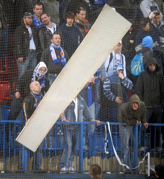 Fanoušci Baníku demolující reklamní panely.
