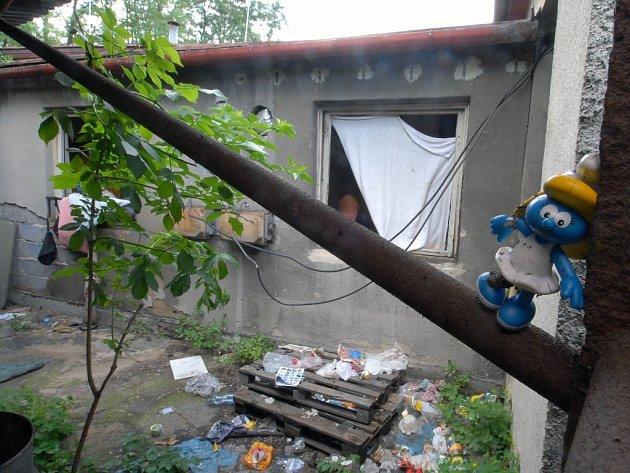 Squateři a bezdomovci využívají opuštěné budovy.