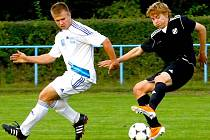 Fotbalisté Šternberka (v bílém) proti béčku HFK Olomouc