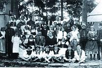 DIVADLO. Náměšští ochotníci ve staré skále po představení spolu s básníkem Františkem Serafínským Procházkou (muž uprostřed s brýlemi).