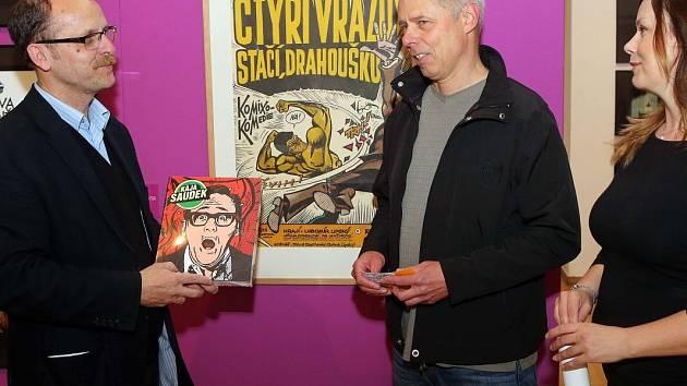 Dvacetitisící návštěvník výstavy Káji Saudka - Miroslav Pěrůžek z Olomouce. Vlevo ředitel olomouckého Muzea umění Michal Soukup