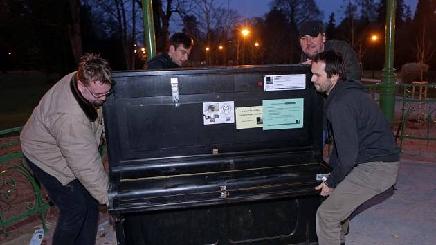 Listopad 2014. Stěhování veřejného piana z hudebního altánu ve Smetanových sadech v Olomouci na zimní pobyt